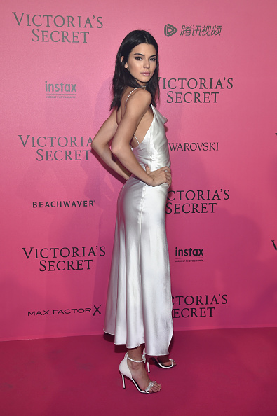 肩ごしに見る「2016 Victoria's Secret Fashion Show in Paris - After Party - Arrivals」:写真・画像(3)[壁紙.com]