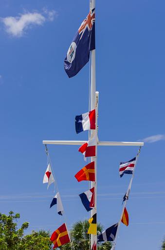 ケイマン諸島「Flags in Cayman Turtle Farm in Georgetown, Grand Cayman, Cayman Islands」:スマホ壁紙(7)