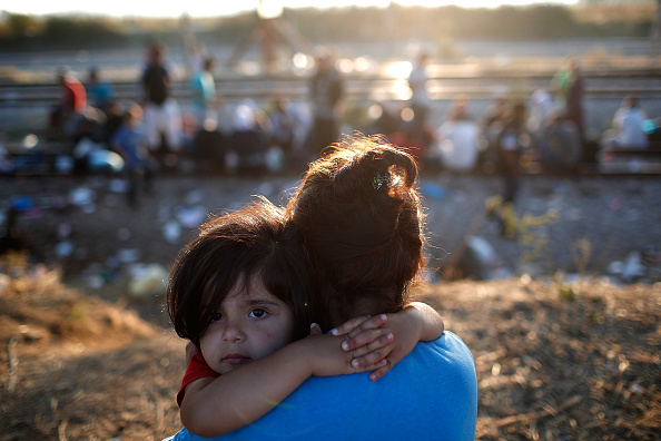 Waiting「Migrants Gather At Greece-Macedonia Border As They Continue Their Journey Into Europe」:写真・画像(2)[壁紙.com]