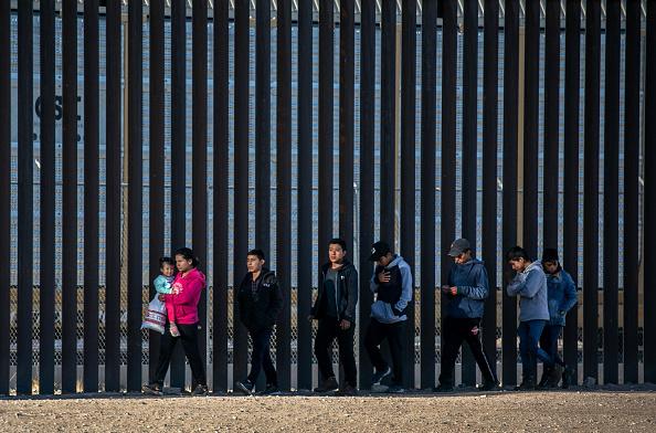 Shallow「Migrants Cross From Mexico Into U.S. Near Ciudad Juarez」:写真・画像(1)[壁紙.com]