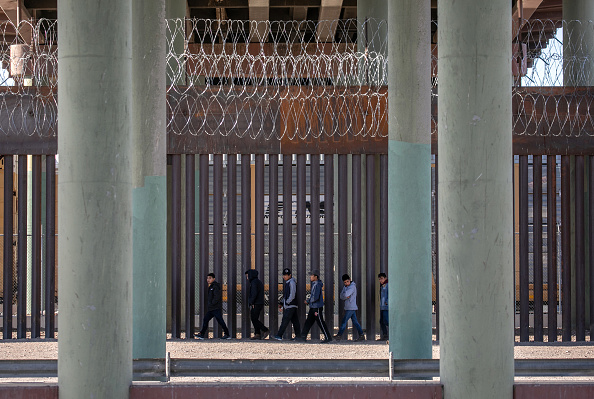 Shallow「Migrants Cross From Mexico Into U.S. Near Ciudad Juarez」:写真・画像(12)[壁紙.com]