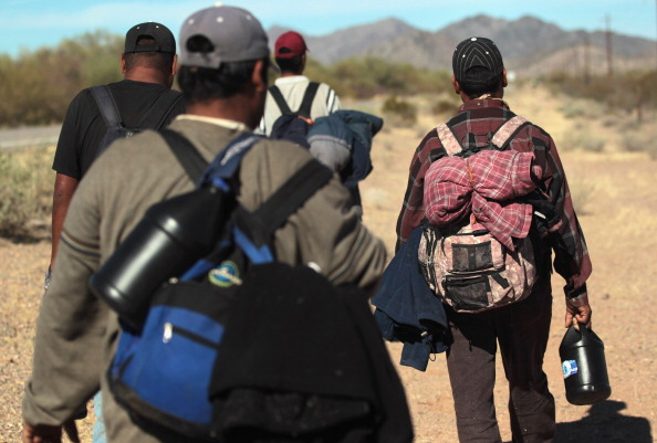 Desert Area「Undocumented Immigrants Cross Into The United States From Mexico」:写真・画像(10)[壁紙.com]