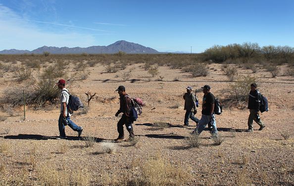 Desert Area「Undocumented Immigrants Cross Into The United States From Mexico」:写真・画像(11)[壁紙.com]