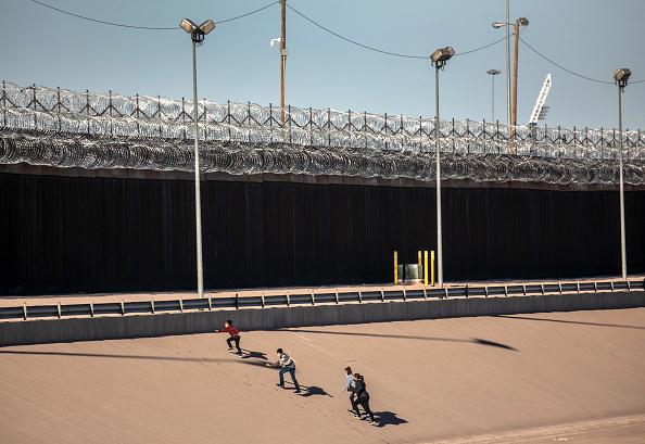 Shallow「Migrants Cross From Mexico Into U.S. Near Ciudad Juarez」:写真・画像(11)[壁紙.com]