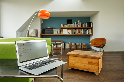 Home Office「Germany, modern apartement with laptop」:スマホ壁紙(11)