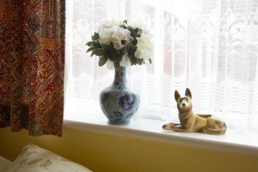 Kitsch「Porcelane dog and vase of flowers on window sill」:スマホ壁紙(16)