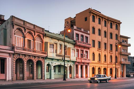 Boulevard「American vintage car speeding along the Malecon in Havana, Cuba」:スマホ壁紙(12)
