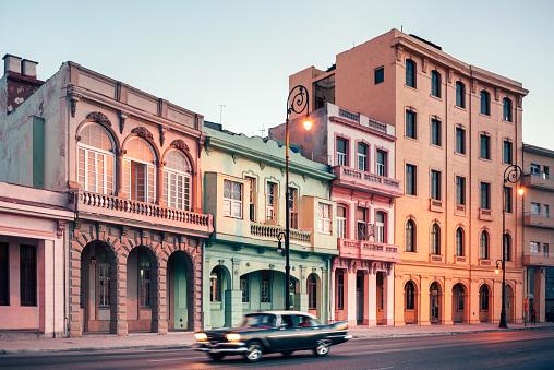 Boulevard「American vintage car speeding along the Malecon in Havana, Cuba」:スマホ壁紙(19)