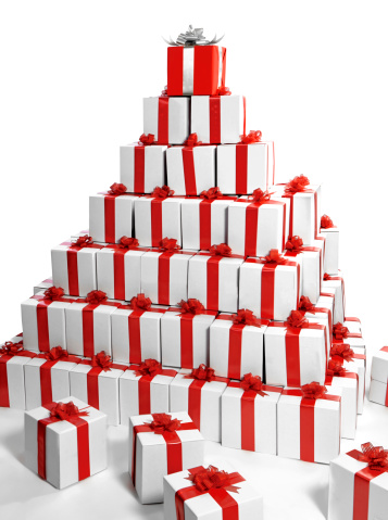 プレゼント「Pyramid of gift boxes with one red at the top」:スマホ壁紙(2)