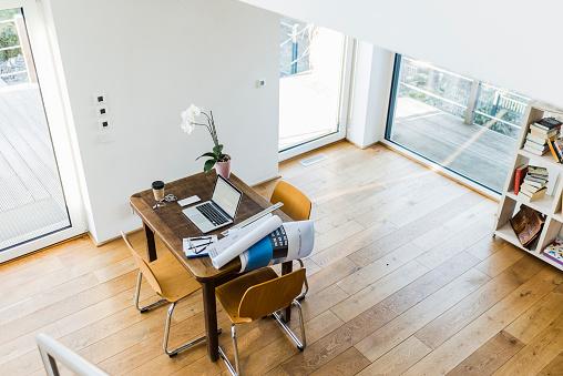 Mannheim「Laptop on wooden desk in an apartment」:スマホ壁紙(13)