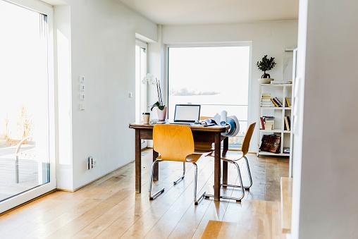 Mannheim「Laptop on wooden desk in an apartment」:スマホ壁紙(0)