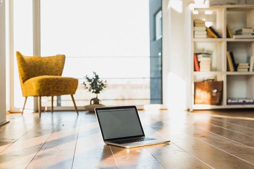 Mannheim「Laptop on wooden floor in an apartment」:スマホ壁紙(4)