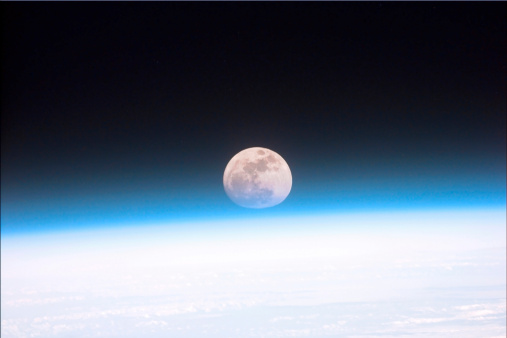 月「The Moon partially obscured by the atmosphere of Earth.」:スマホ壁紙(4)