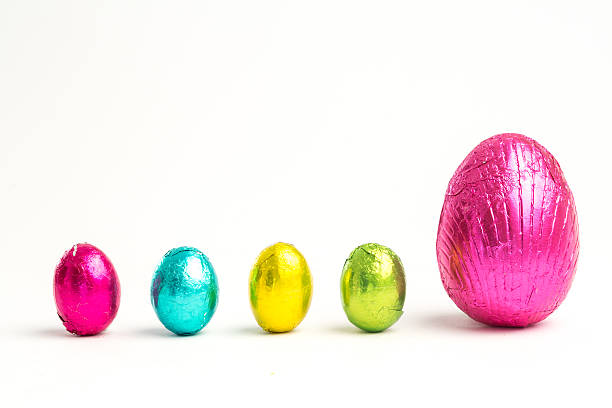 Four small easter eggs beside large one:スマホ壁紙(壁紙.com)