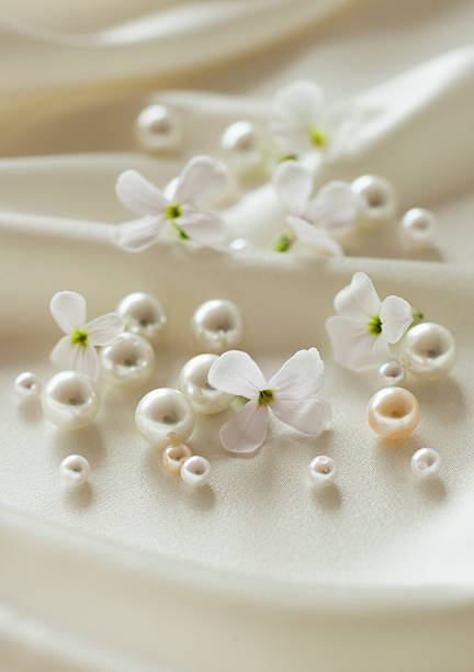 Pearls and flowers on silk:スマホ壁紙(壁紙.com)