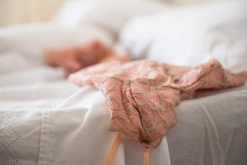 レース模様「Lace lingerie on bed」:スマホ壁紙(18)