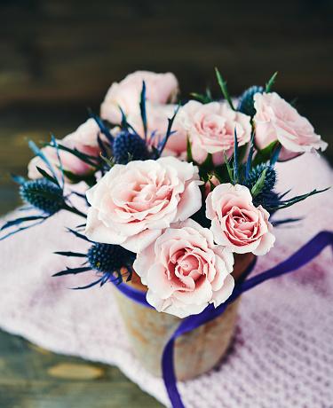 母の日「素朴な陶器の花瓶のピンクのバラと手作り母の日ブーケ」:スマホ壁紙(10)