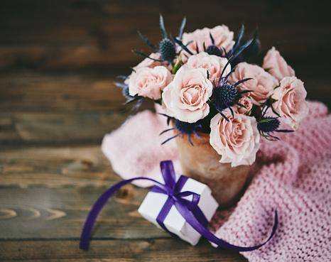 母の日「ピンクのバラは、素朴な設定でギフトと手作り母の日ブーケ」:スマホ壁紙(8)