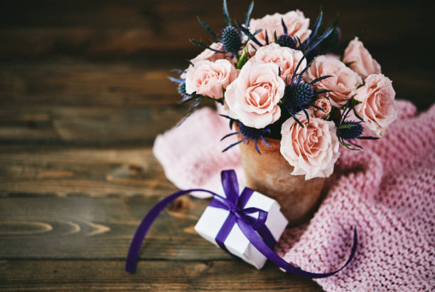 Handmade Mother's Day bouquet with pink roses and gift in rustic setting:スマホ壁紙(壁紙.com)