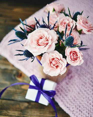 母の日「ピンクのバラは、素朴な設定でギフトと手作り母の日ブーケ」:スマホ壁紙(9)