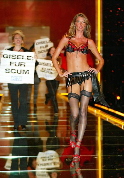 Victoria's Secret Fashion Show「PETA Crashes Victoria Secret Fashion Show 2002」:写真・画像(17)[壁紙.com]