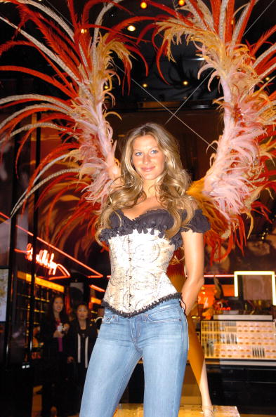 Salad「Gisele Bundchen Presents The Victoria's Secret Fashion Show Exhibit : Ten Years of Sexy」:写真・画像(11)[壁紙.com]