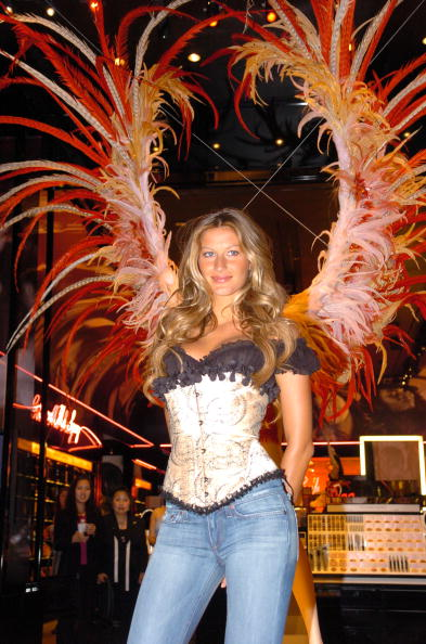 Salad「Gisele Bundchen Presents The Victoria's Secret Fashion Show Exhibit : Ten Years of Sexy」:写真・画像(2)[壁紙.com]