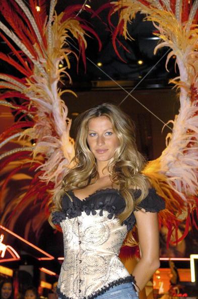 Salad「Gisele Bundchen Presents The Victoria's Secret Fashion Show Exhibit : Ten Years of Sexy」:写真・画像(4)[壁紙.com]