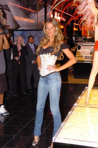 Salad「Gisele Bundchen Presents The Victoria's Secret Fashion Show Exhibit : Ten Years of Sexy」:写真・画像(1)[壁紙.com]