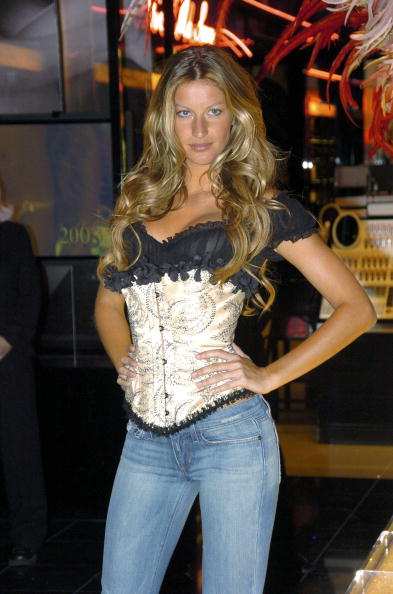 Salad「Gisele Bundchen Presents The Victoria's Secret Fashion Show Exhibit : Ten Years of Sexy」:写真・画像(16)[壁紙.com]