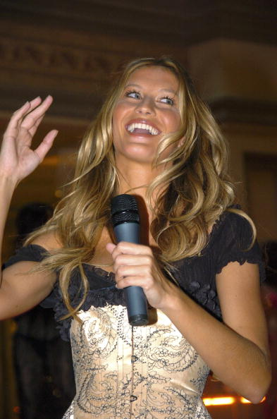 Salad「Gisele Bundchen Presents The Victoria's Secret Fashion Show Exhibit : Ten Years of Sexy」:写真・画像(14)[壁紙.com]