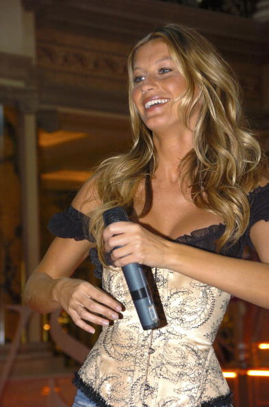 Salad「Gisele Bundchen Presents The Victoria's Secret Fashion Show Exhibit : Ten Years of Sexy」:写真・画像(15)[壁紙.com]