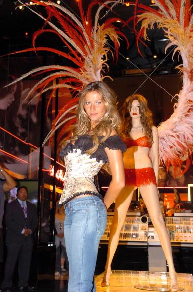 Salad「Gisele Bundchen Presents The Victoria's Secret Fashion Show Exhibit : Ten Years of Sexy」:写真・画像(6)[壁紙.com]