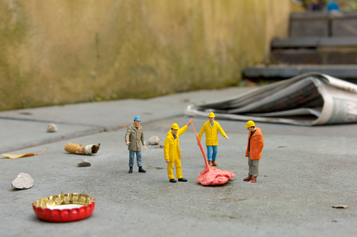 Figurine「Garbage Collector Figurines Picking Up Litter」:スマホ壁紙(7)