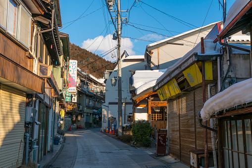 Alley「Evening sunlight illuminates the Japanese Style Houses and Ryokan (TraditionalJapaneseInn) stand along the street at Shibu Onsen (Shibu Hot Spring) Yamanouchi-machi, Nagano Japan on Feb. 17 2019.」:スマホ壁紙(4)