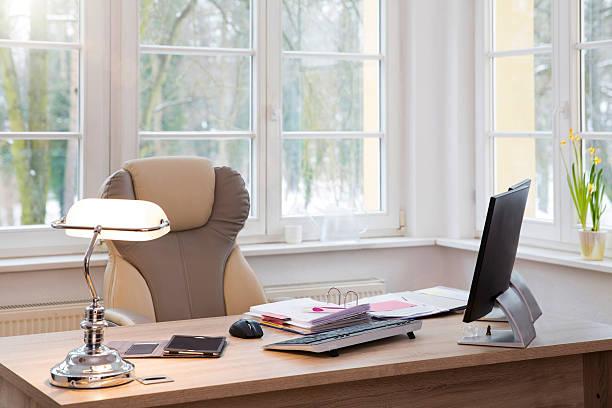 Desktop at the window in office:スマホ壁紙(壁紙.com)