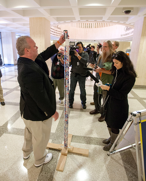 """Tallahassee「Pole Of Beer Cans Erected In Florida Capitol Celebrating Irreverent """"Festivus""""」:写真・画像(6)[壁紙.com]"""