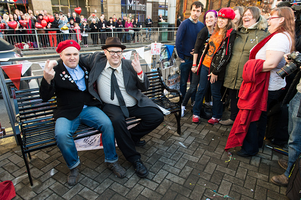 Bench「Rik Mayall Memorial Bench Unveiling」:写真・画像(3)[壁紙.com]