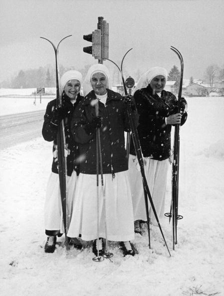 雪「Nuns On Skis」:写真・画像(6)[壁紙.com]
