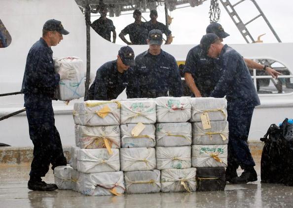 Cocaine「Coast Guard Offloads Five Tons Of Seized Cocaine」:写真・画像(15)[壁紙.com]