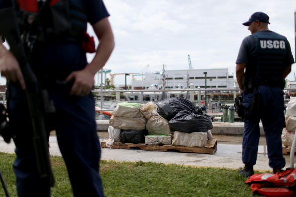 Guarding「Coast Guard Seizes $23 Million In Cocaine In Caribbean Raid」:写真・画像(6)[壁紙.com]