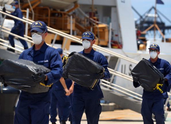 Cocaine「Coast Guard Officials Offload 3,800 Pounds Of Cocaine Seized At Sea」:写真・画像(6)[壁紙.com]