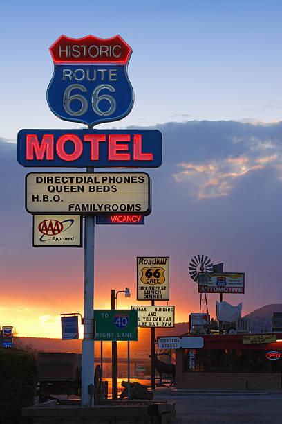 USA,  Arizona, Route 66, Seligman, Motel Neon Sign, sunset:スマホ壁紙(壁紙.com)