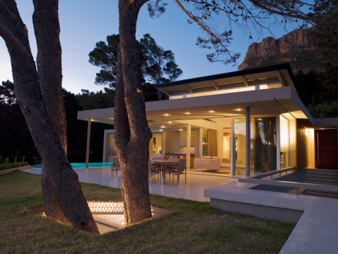Twilight「Patio area and glass walls of modern home」:スマホ壁紙(12)