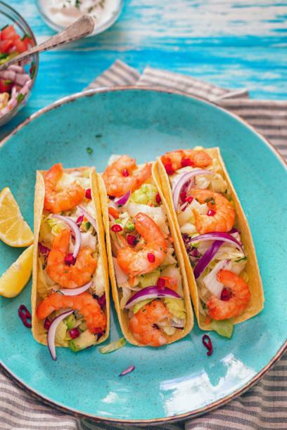 Homemade shrimp tacos with spicy avocado salad:スマホ壁紙(壁紙.com)