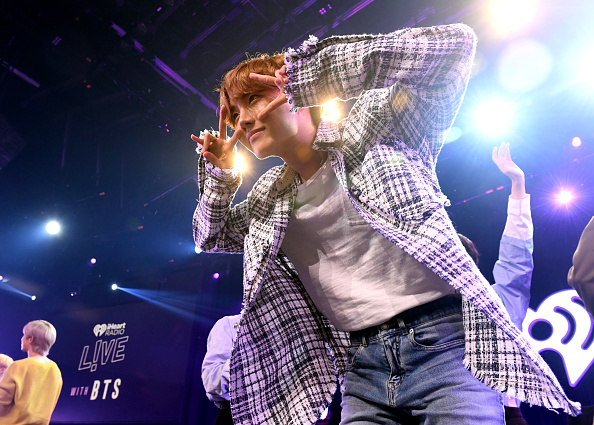 J-Hope「iHeartRadio LIVE With BTS Presented By HOT TOPIC」:写真・画像(4)[壁紙.com]