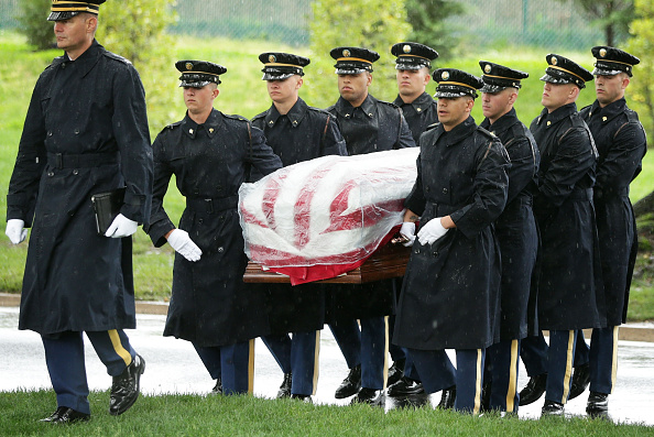 Alex Wong「Burial Service Held For Missing Korean War Soldier At Arlington Cemetery」:写真・画像(10)[壁紙.com]