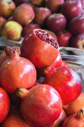 トロピカルフルーツ「Pomegranates and apples at a food market」:スマホ壁紙(17)