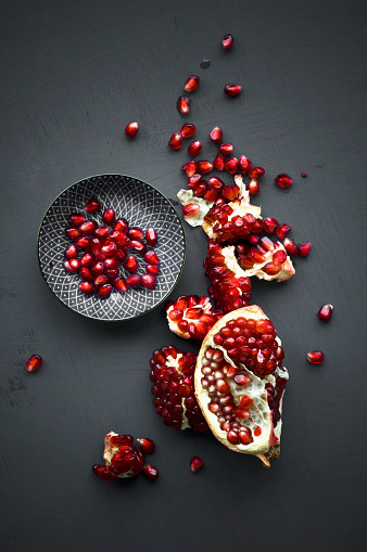 Pomegranate「Pomegranate and pomegranate seeds in bowl」:スマホ壁紙(15)