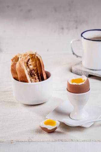 ゆで卵立て「Egg in egg cup with toasted white bread and coffee mug, close up」:スマホ壁紙(6)